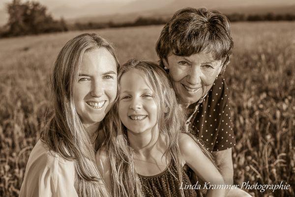 familienportrait-04571D73502-CBF5-5C00-A3D5-4AF5180EA265.jpg