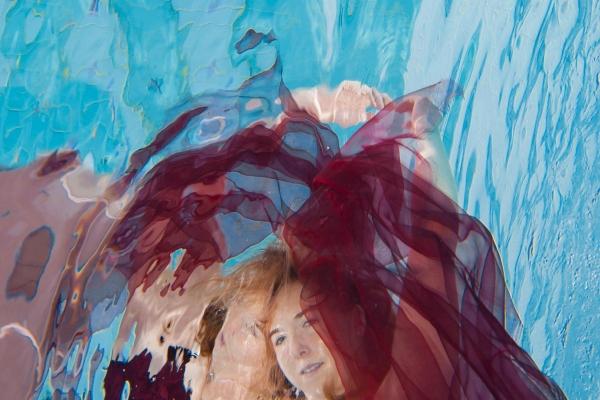 frau-im-kleid-unterwasser-04F452DEC4-D0AF-7E06-B7F5-6F10346BAC1D.jpg