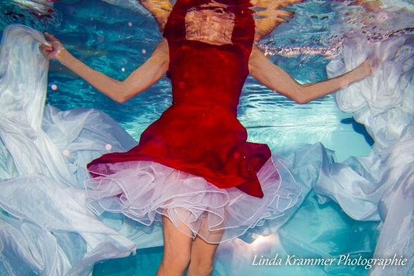 unterwasser-im-roten-kleid0268027A8E-8FFB-27AC-06CD-CA7735DB4311.jpg