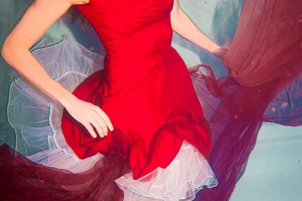 unterwasser-im-roten-kleid03-00521E3B876-D18F-6EA9-9EAA-A20015B259E3.jpg