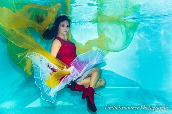 unterwasser-im-roten-kleid08-0036D93F742-5FE3-9BEA-A621-3E74700425EB.jpg